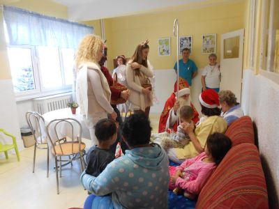 Mikuláš, anjeli a čert prišli rozdávať radosť na detské oddelenie krompašskej nemocnice