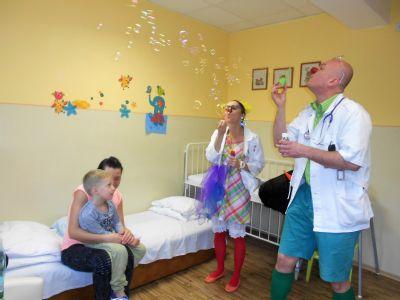 Clowndoctors rozžiarili očká detským pacientom krompašskej nemocnice